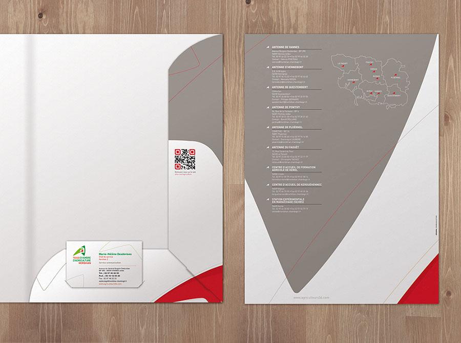Pochette à rabats avec forme de découpe et porte carte de visite.
