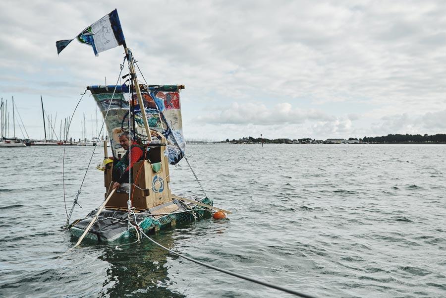 Le bateau fabriqué par l'équipe flotte avec une personne dessus : challenge remporté !