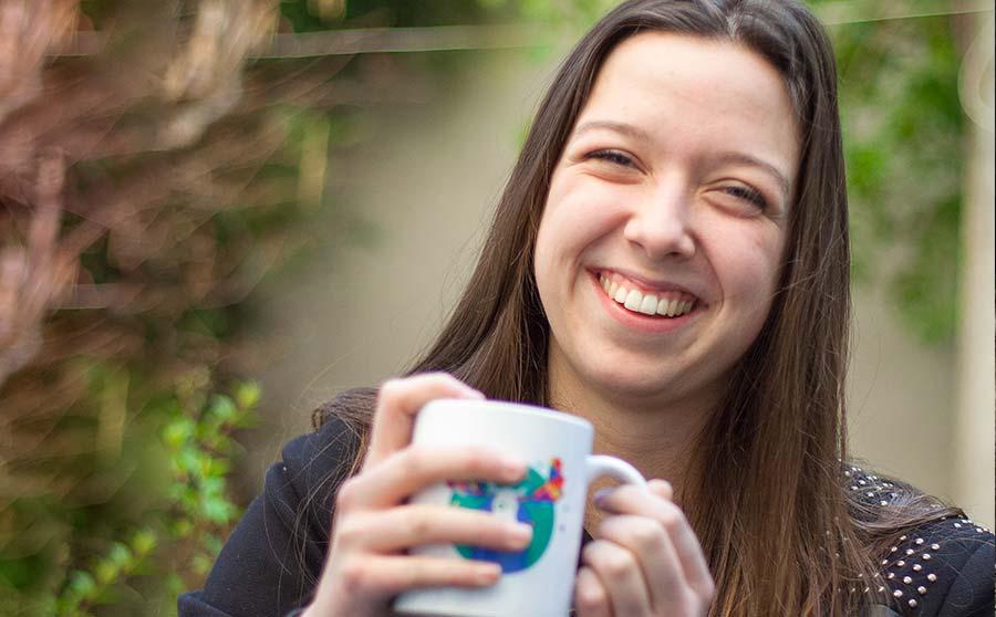 Laura Gautier qui n'ose pas dire que son café est froid