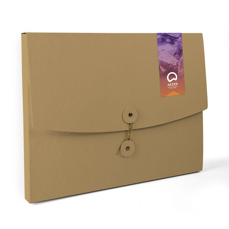 Autocollant d'Aezeo sur une pochette en carton